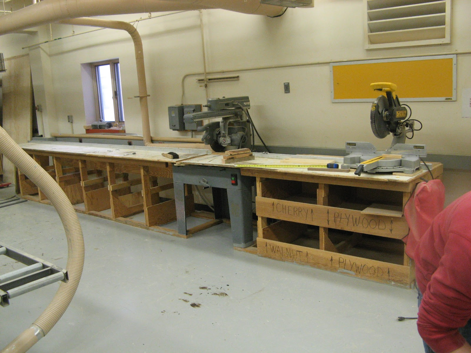 Radial Arm Saw Bench Plans http://bbbsdwoodshop.blogspot.com/2012/03/new-cutting-bench.html