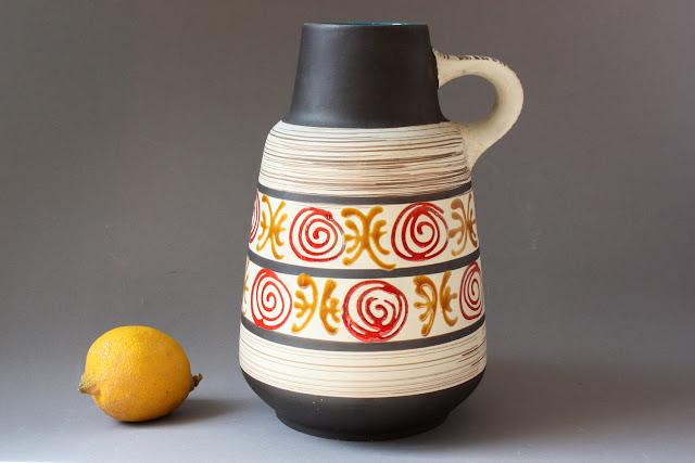 braun creme Keramikvase mit henkel aus den 60er 70er Jahren made in West Germany die verzierungen ornamente sind ocker und rot