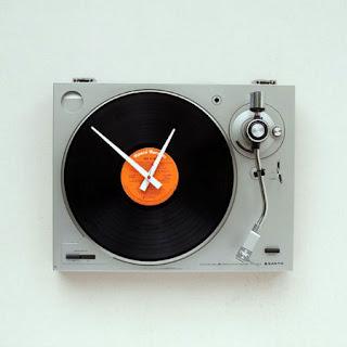 El primero es un reloj de pared que se ha creado a partir de un  pinchadiscos muy en línea de el diseño vintage que está de moda