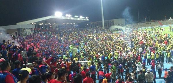 Penyokong JDT Buat Kecoh Di Stadium, Bakal Terima Habuan!!