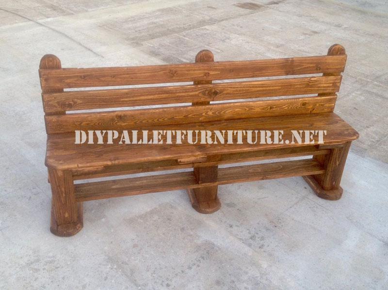 la tabla de la mesa tambin se ha ideado utilizado la parte superior de un palet y de igual manera que con el asiento se han ocupado los huecos con ms