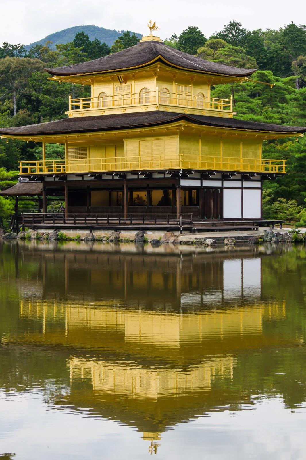 シンメトリー構図で撮影した金閣寺の写真