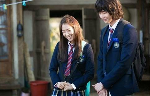 Park Shin Hye dan Lee Jong Suk dalam seragam SMA.