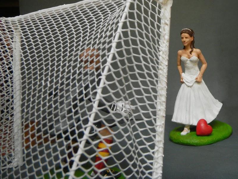 sposi torta statuine matrimonio divertenti originali sposa calcio orme magiche