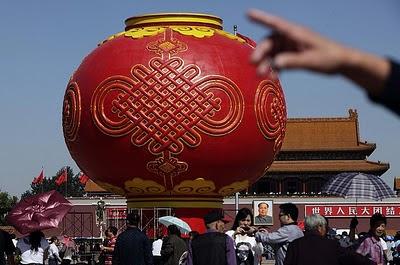 Pechino, una lanterna gigante nella Piazza Rossa. Tanti auguri alla Cina, nata il 1° ottobre di 62 anni fa!