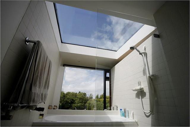 Ванная комната со стеклянной крышей и видом на лес