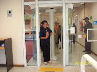 Fran saindo na porta giratória.