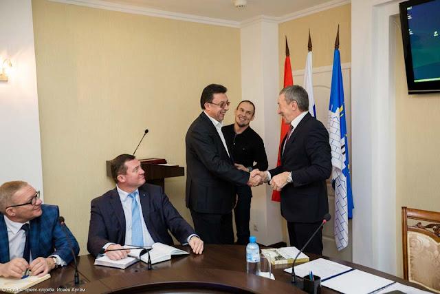 Благодарность получает гендиректор ОАО «Сергиево-Посадская электросеть» Александр Тиханов.