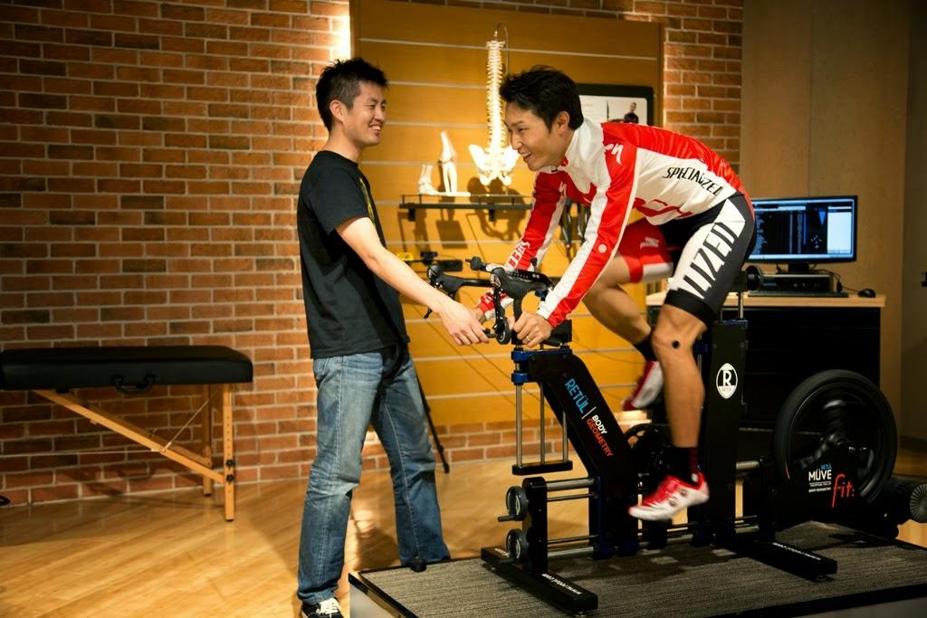 [PHOTO]ラウンジ専属のフィットテクニシャンとしても活躍中の松田さん