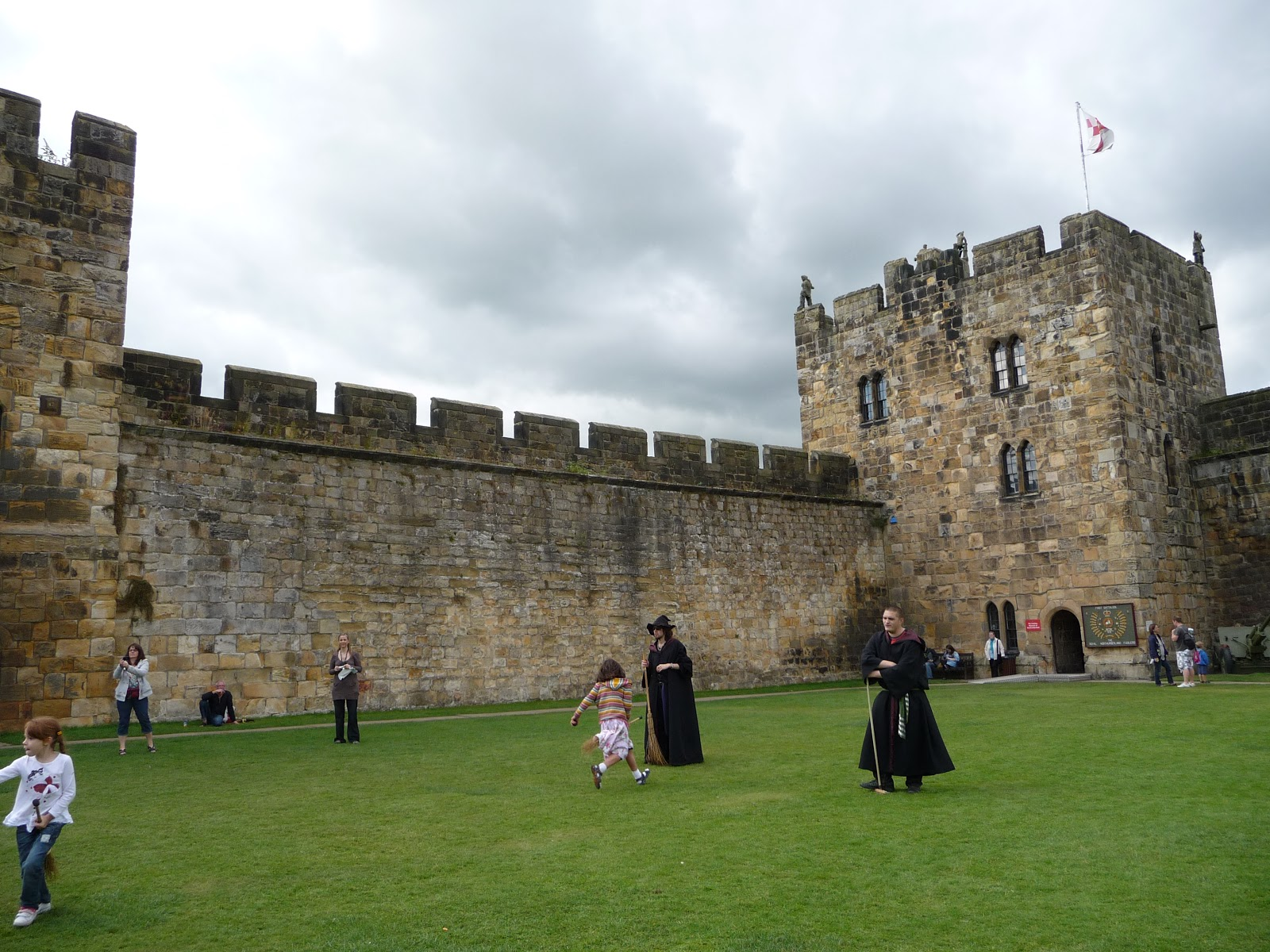 Harry Potter and the Philosopher's Stone (film) - Wikipedia Harry potter alnwick castle pictures
