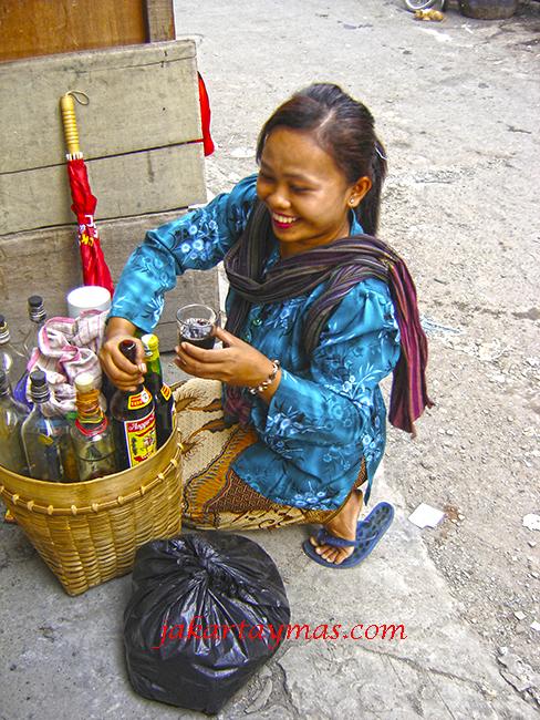 Vendedora de jamu en Yakarta