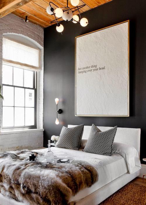 Dormitorio moderno con pared oscura