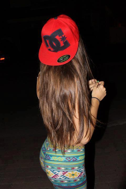 Chicas bonitas con gorras planas - Imagui