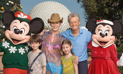Catherine Zeta Jones junto a su familia en Disney con Mickey Mouse y Minnie