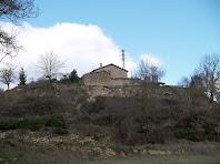 La masia Rocanegra vista des de la capçalera de la riera de Sant Bartomeu