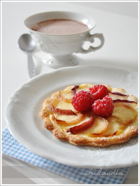 minitarty z brzoskwiniami lub innymi owocami
