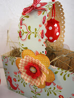 Кошничка за яйца от шарена хартия с украса от цветя и панделки