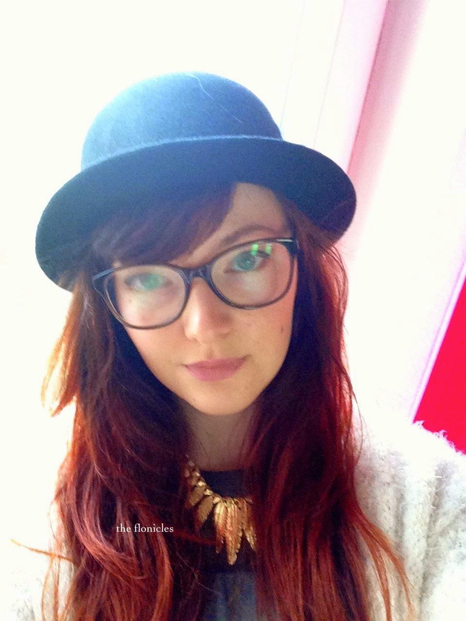 chapeau melon collier plumes