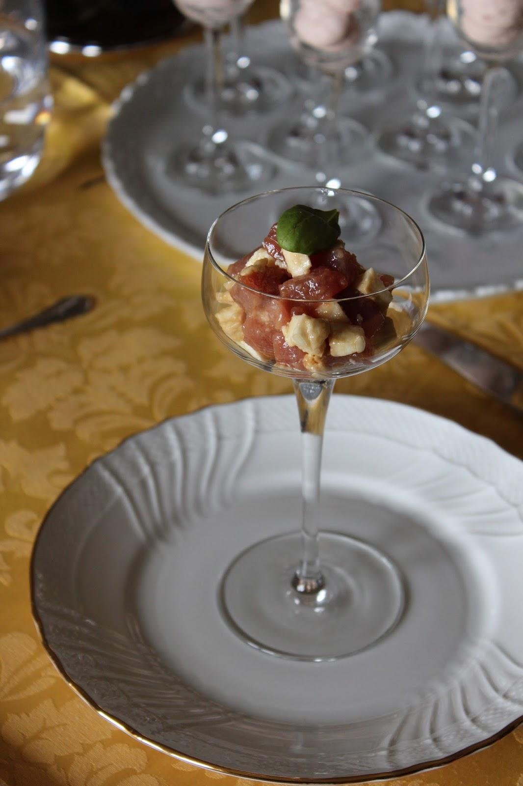 tartare di tonno fresco con mozzarella di bufala e vinaigrette alla salsa di soia.