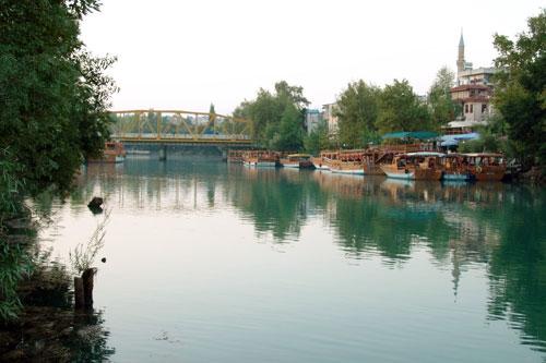 Doğal güzelliklerinden bir parçasını oluşturur manavgat nehri