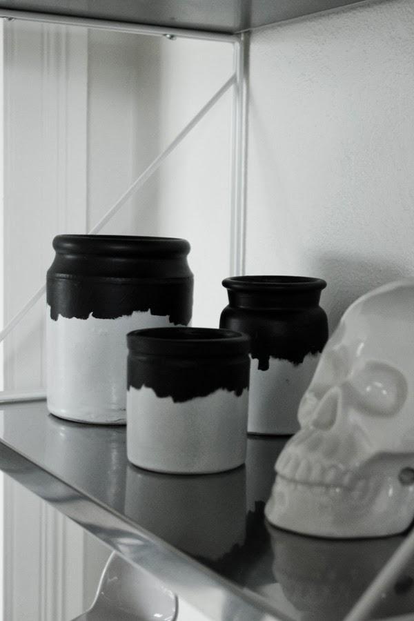 diy, look a like, normann copenhagen, burkar, syltburkar från loppis, döskalle vit porslin, rostfria hyllor, svart och vitt, inredningstips, diy agnes vase, tips, inredning i hallen, inspiration