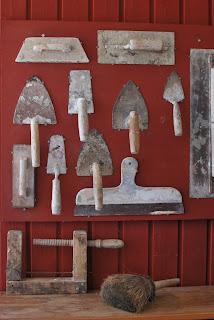 Muonamiehen mökki - Muurarin työvälineet seinällä