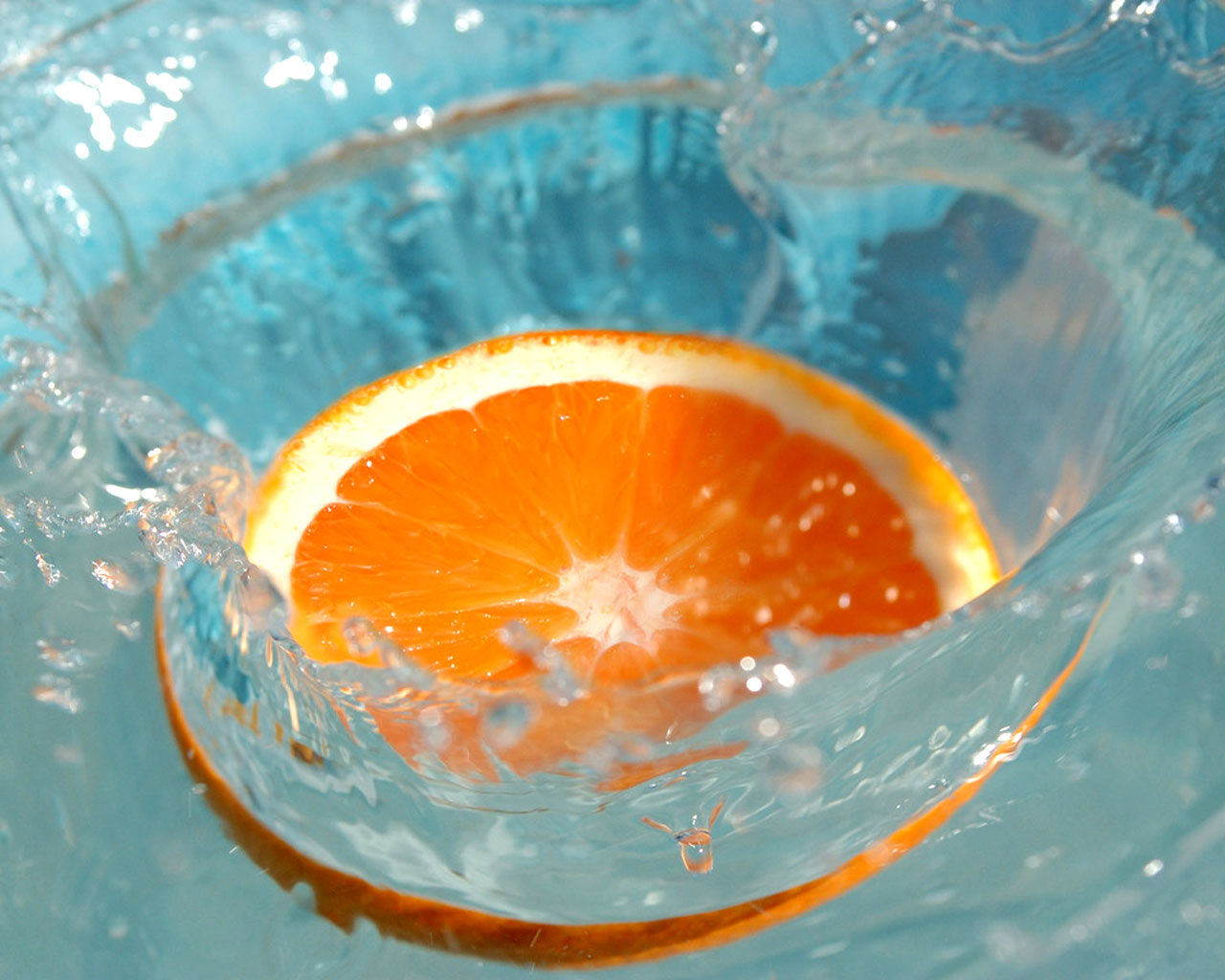 http://2.bp.blogspot.com/-fHRAQjmUB2Q/TdwKfEd0YRI/AAAAAAAAAZQ/ZClNpS6e3rE/s1600/Orange_Slice_Splashing_Into_Water.jpg