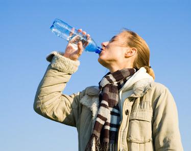 Beber abundante agua diariamente