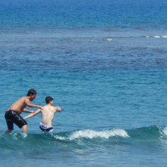 Rayver Cruz surfing
