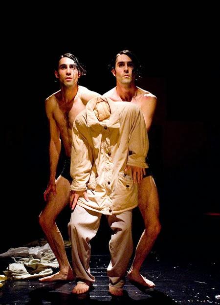 dos hombres iguales simulando ser cada uno la mitad del otro y en medio, su ropa de vestir