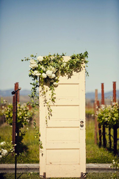Hearts flowers decorating for your wedding day rustic for Wedding door decorating ideas