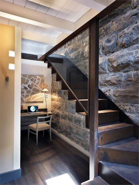 para este tipo de escaleras lo mejor son las barandillas de cristal porque aligeran mucho el espacio