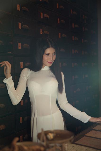 Hotgirl Bella Trần khoe bộ ảnh áo dài không nội y