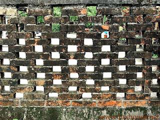Старый кирпичный забор. Фото 12