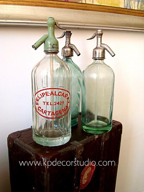 Decoración vintage valencia. Botellas de cristal antiguas con sifones antiguos para decorar restaurante o negocio