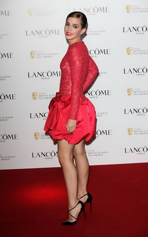 What to wear in the special day: Emma Watson wear Valentino red ...