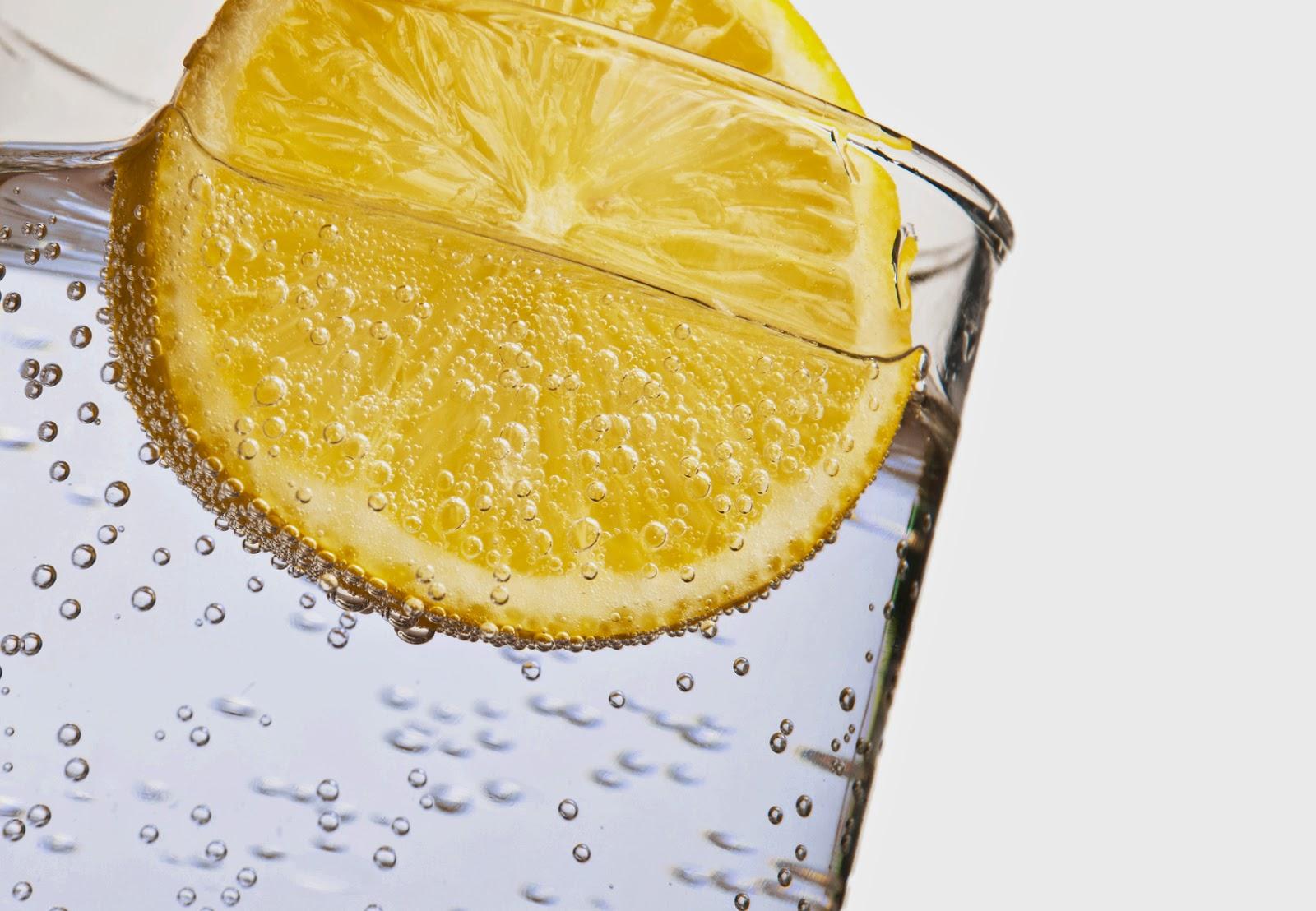 فوائد الليمون مع الماء البارد أو الدافئ