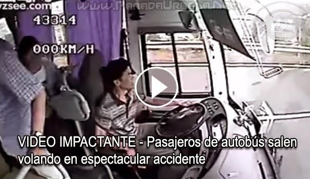 VIDEO IMPACTANTE - Pasajeros de autobús salen volando en un espectacular accidente