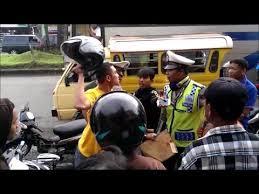 Cekcok Polisi Dengan Warga Saat Melakukan Razia