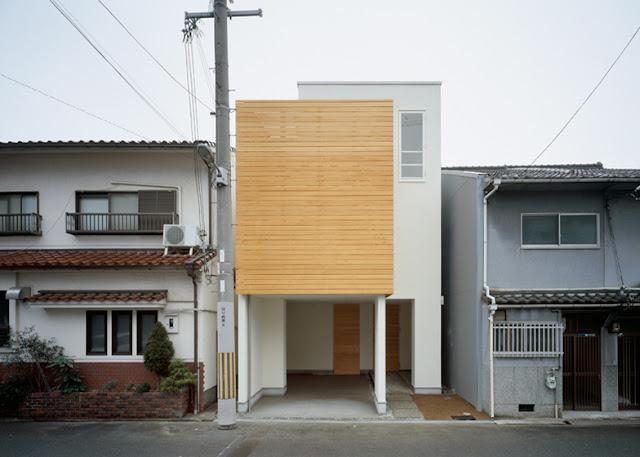 en esta ocasin la misma madera usada en el interior es tambin usada en la fachada en el cerramiento de lamas de madera que cierra el volumen