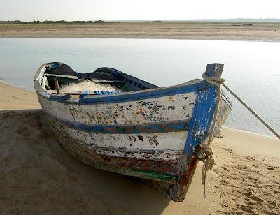 Bote viejo en la orilla