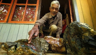 foto abah Edong penemu batu pancawarna garut