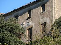 La façana principal amb l'escut i el bust de la familia Ferrer i Brossa del Castell de Savassona. Autor: Carlos Albacete