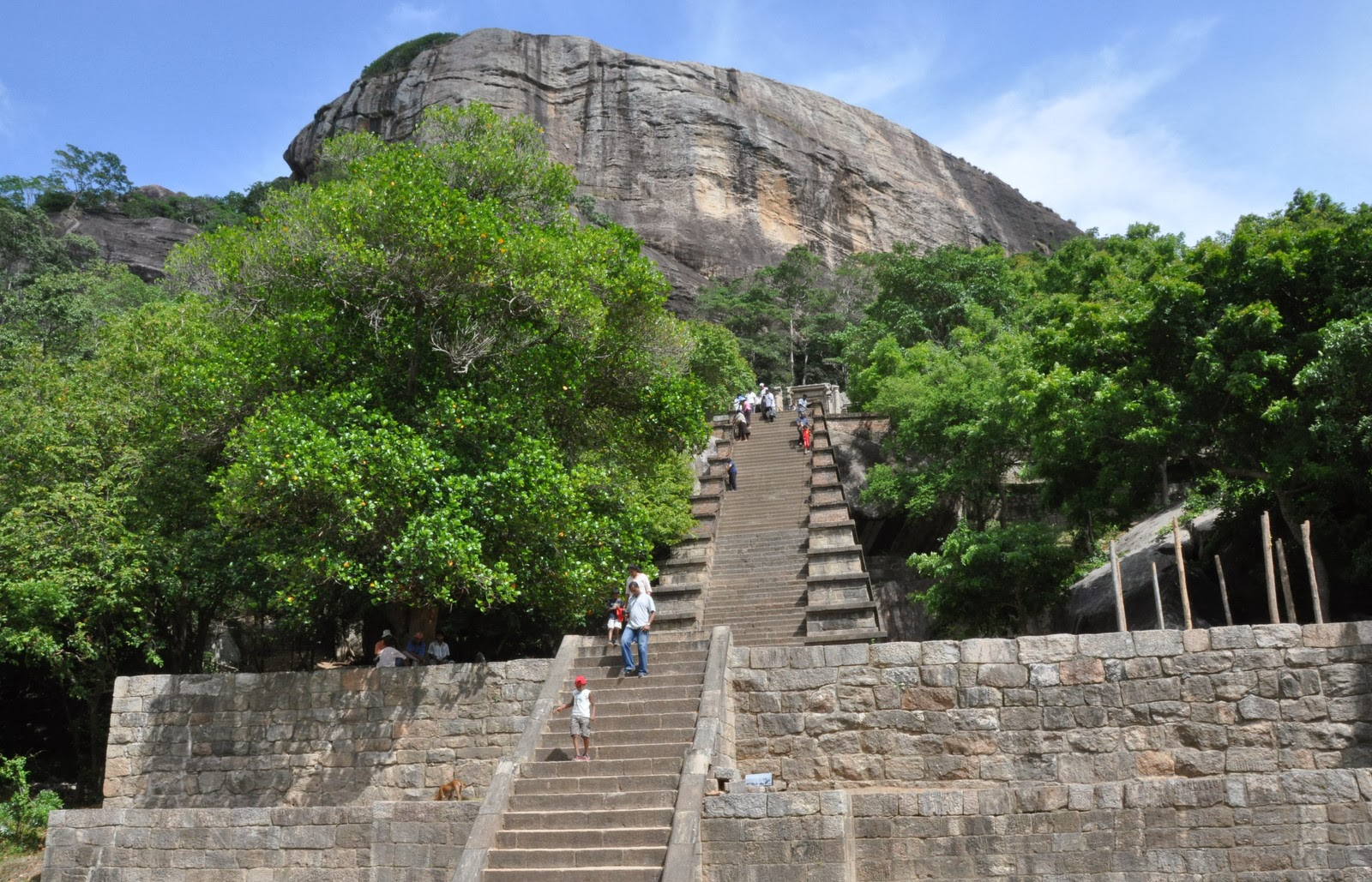 Yapahuwa, double, Sigiriya rock, looks similar, twin brother, stairway on top, Yapawwa