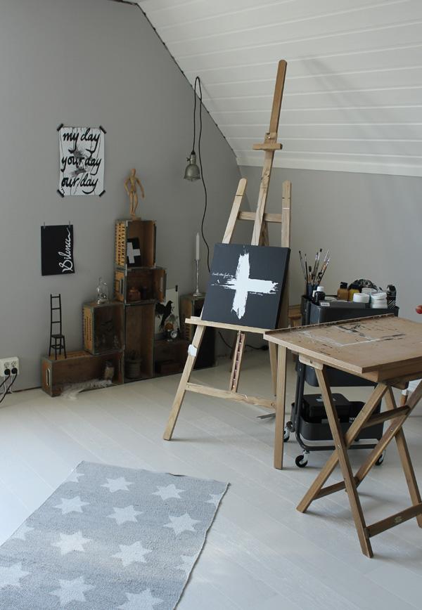renovera ateljé, ateljé, svart, vitt och grått, vitt, vita golv, plankgolv, matta med stjärnor, staffli, tavlor, canvastavlor, svartvit canvastavla, tavla med kors, prints med text på väggen, ritbord, rullvagn ikea, förvaring i arbetsrum förvaring i ateljé, gråa väggar, plankgolv vitt,
