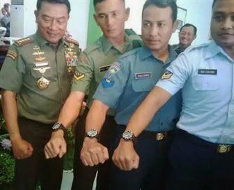 Jelang Pensiun, Panglima TNI Jenderal Moeldoko Bagi-bagi 55 Ribu Jam Tangan