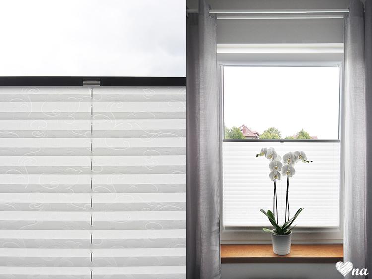 Okno w sypialni, szare zasłony