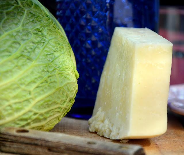 na zdjęciu kapusta włoska i ser pecorino w kawałku