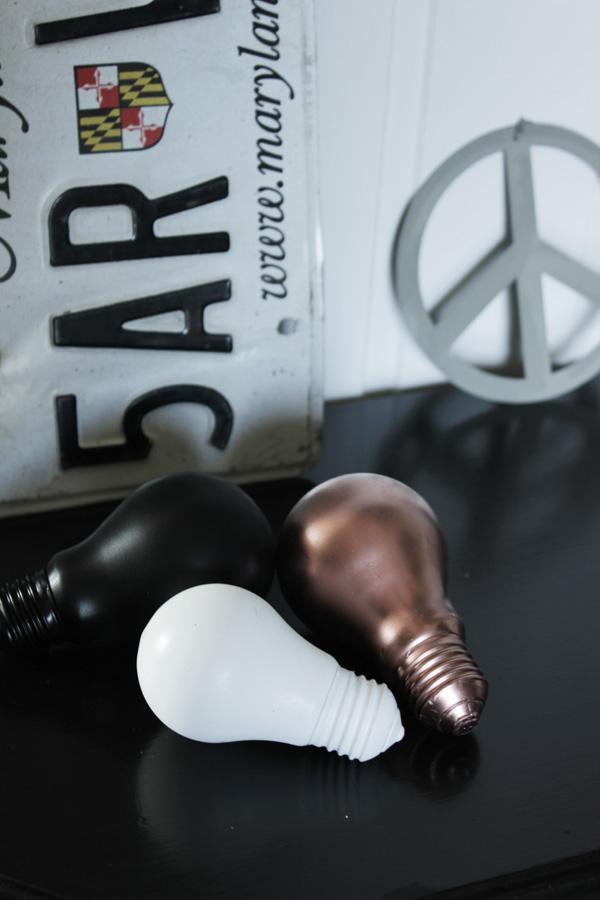 koppar i inredningen, diy koppar, pyssel med kopparspray, vita och svarta lampor, glödlampor i inredningen, diy glödlampor, plåtskylt i inredningen, plåtskylt från bil, nummerplåt inredningsdetalj, peace
