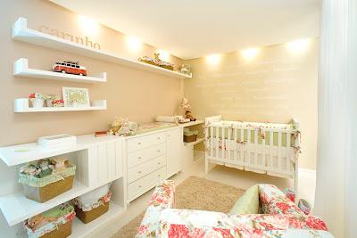 Modelo de quarto de bebe com móveis bem posicionados
